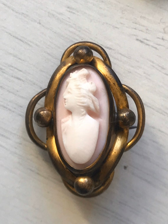 Small Victorian pink shell cameo and pinchbeck framed brooch pin