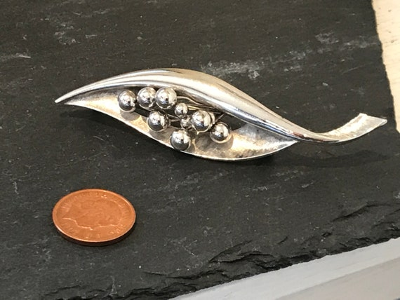 Elegant 1970s silver tone modernist statement piece leaf/seed pod brooch pin