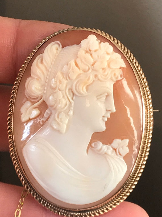 Vintage 9ct hallmarked gold Oval carved shell profile cameo pendant brooch