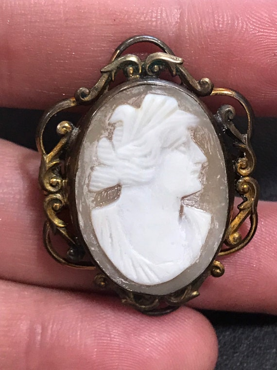 A Victorian real shell carved cameo ornate framed brooch/ pin