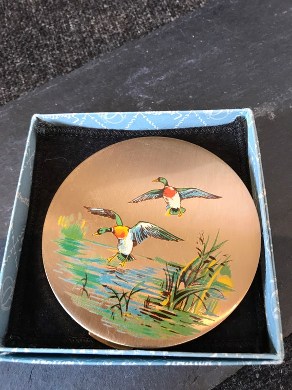 Beautiful vintage flying/ landing ducks compact by Stratton excellent condition
