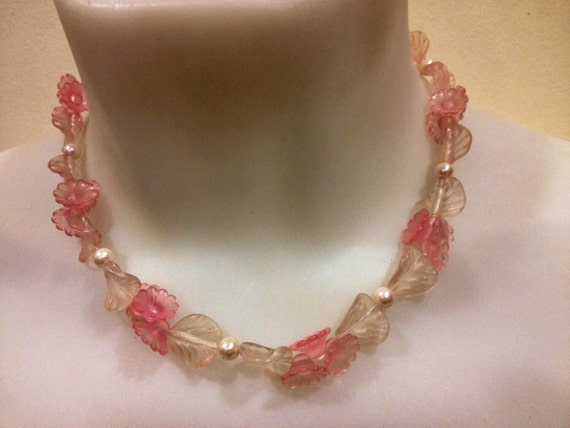 Beautiful vintage 1960s pink and white plastic summer floral  necklace