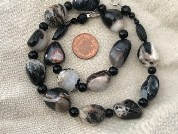 A Beautiful vintage natural polished hardstone pebble necklace 17'