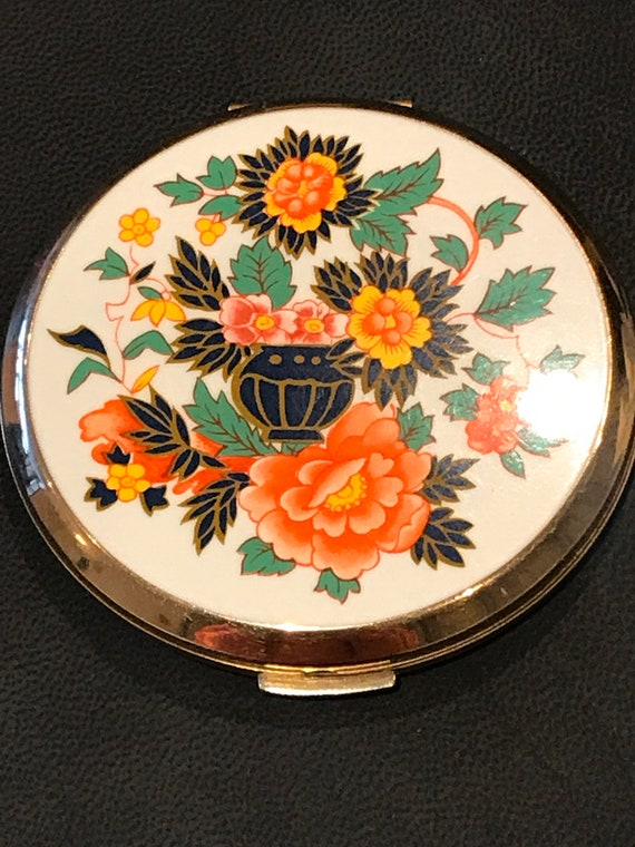 A vintage floral compact made by Stratton of England  Enamelled Imari Vase Floral design