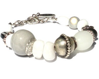 Bracelet semi-precious stones, mother-of-pearl and glass beads in grey, white. Handcrafted wristband, silver-colored beads, beaded bracelet