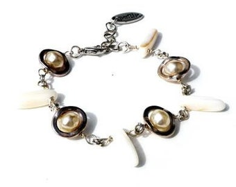 Bracelet with white shell, glass pearls and silver-coloured beads. Handcrafted wristband, shell beads, boho chic, offwhite beach wristlet