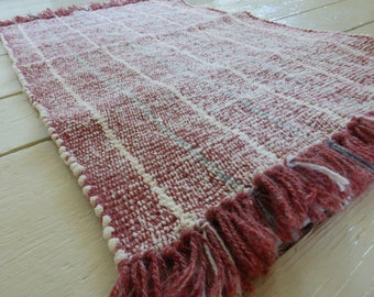 Hand-woven rectangular rug, carpet (white /rosewood) . Weaving with fringes and stripes. Carpet, doormat, home decoration