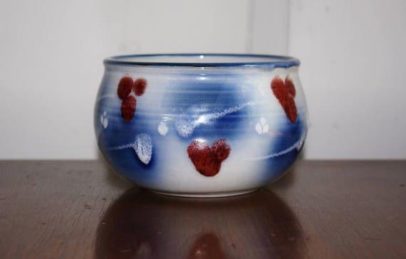 Studio Art bol en faïence, poterie à la main levée, jardinière rouge blanc bleu décoratif plat en céramique, artiste signé poterie, ferme