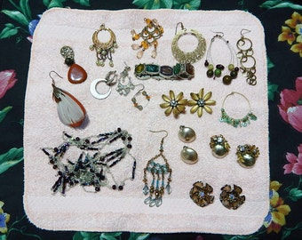 7 oz. Lot of Costume Jewelry Vintage Earrings/Necklace/Beads/Faux Pearls Rhinestones