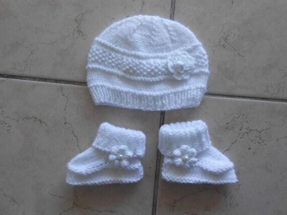 7ab662c7ce31 chaussons blanc bonnet et chaussons blanc bebe  bonnet   Etsy