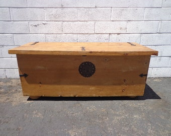 Trunk Hope Chest Primitive Coffee Table Storage Chest Antique Metal Rustic Hinged Top Wood Bench Foot of Bed Storage Locker Bohemian Boho