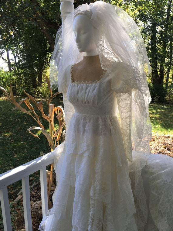 Vintage Wedding Dress. Ivory Bridal Gown with Trai