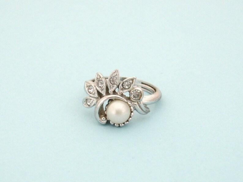 AVON   Fan Fare  silver tone ring with central faux pearl image 0