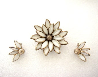 TRIFARI Crown – Set « Water Lily » brooch pin for double duty and clip on earrings embellished with milk glass petals 1948-1949