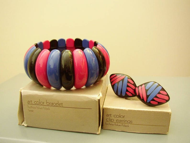 AVON  Set  Art Color   large stretch bracelet and clip on image 0