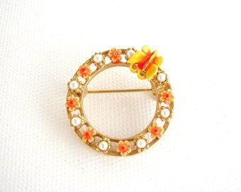 ART signed - Small circular brooch gilded metal adorned with enameled flowers, butterfly and faux pearls