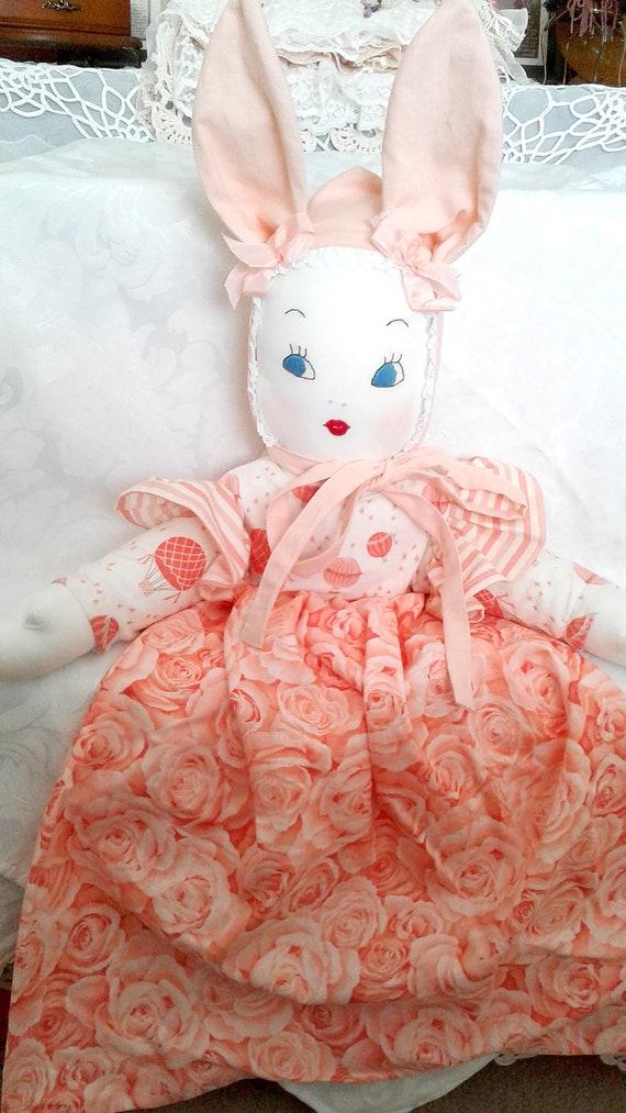 Sac en pyjama filles, poupée avec Bonnet oreilles de lapin, tissu assez rose / pêche, cadeau d'anniversaire, décor de chambre de filles
