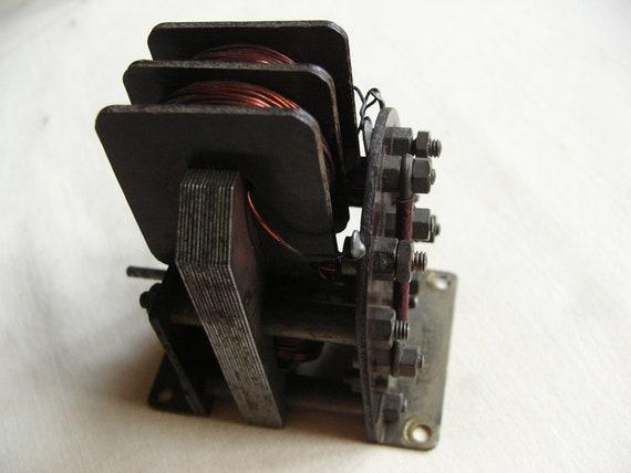 Une belle vieille Taycol cible modèle bateau électrique moteur des années 1960 vintage 6 volts industriel à la recherche.
