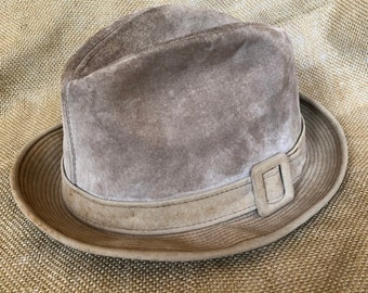 dae7338faa2dc5 Vintage men's Dobbs tan suede fedora with buckle