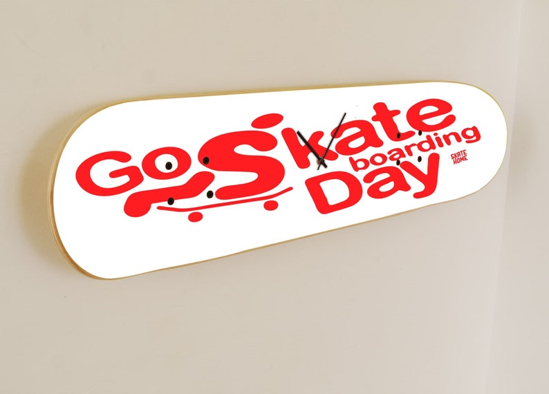 Go Skateboarding Day - Horloge murale Blanc