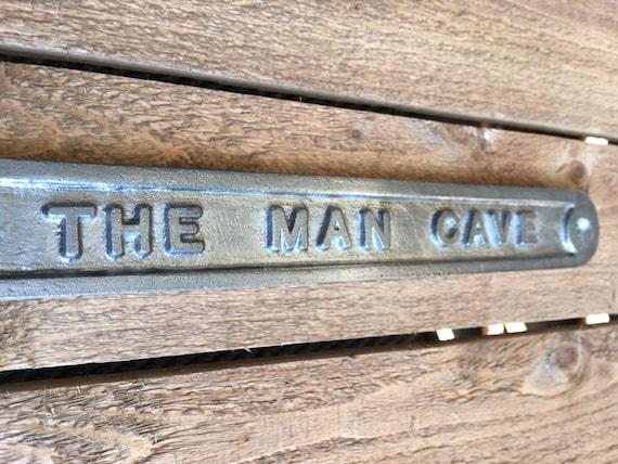 /'THE MAN CAVE/' DOOR SIGN SHED GARAGE VINTAGE SOLID CAST METAL DAD GIFT HUMO-02bl
