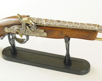 New Souvenir Old Retro Pistol Musket Gun Lighter With Stand Antique Pirate Style