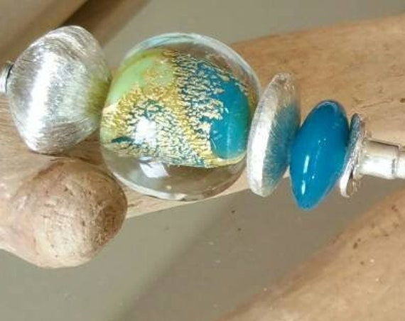 "Fibula green lampwork glass beads and gold foil ""Brocéliande"""
