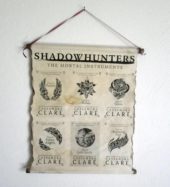 Shadowhunters Le Mortal Instruments Livre Couvre Cassandra Clare Sur Affiche De Rouleau A La Main