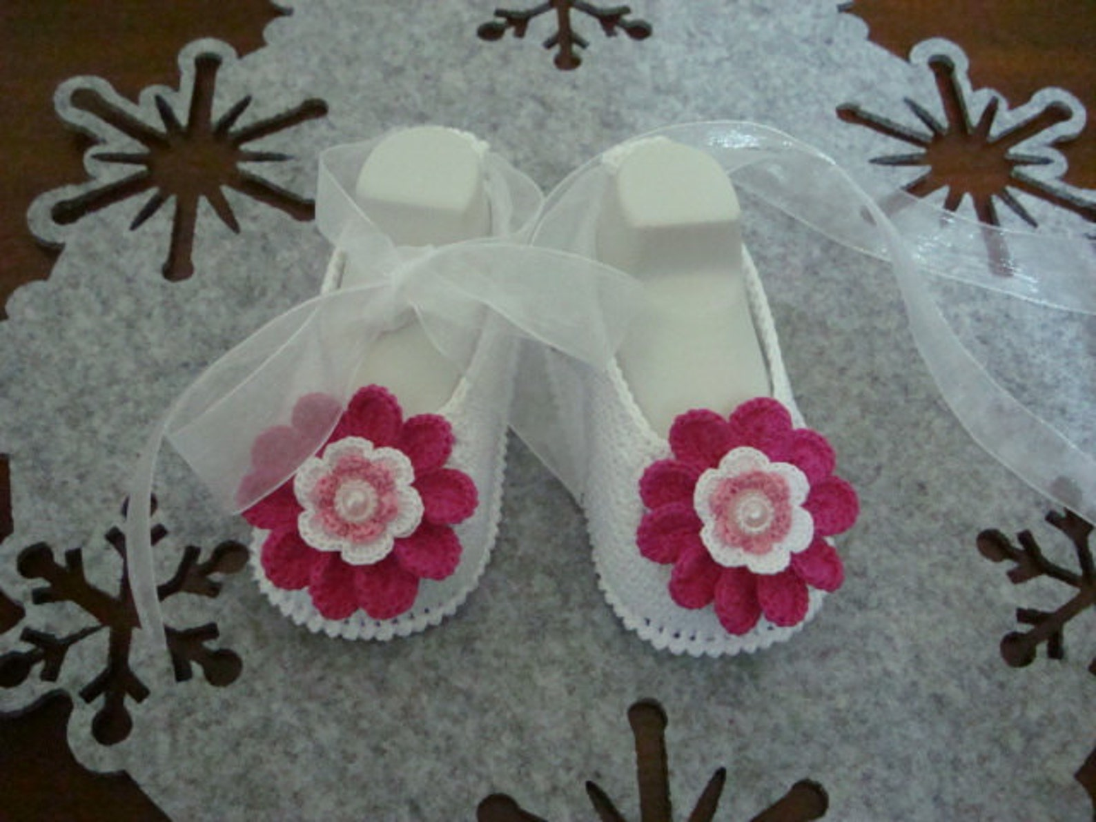 white & pink flower ballet style. crochet baby girl booties - ballet slippers - flower shoes