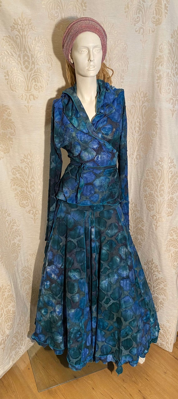 Beautiful wrap top with hoodie and skirt. Set ausbrenner with blue tie-dye.