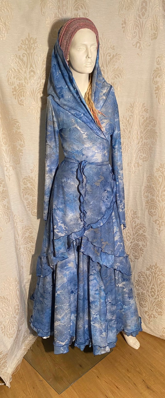 Beautiful wrap dress with hoodie and skirt. Set ausbrenner with blue leaves.