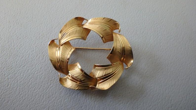 vintage circle leaf brooch 12k gold filled  nice detailing