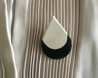 Drop-shaped brooch, in white ceramic and a black half-moon, minimal style