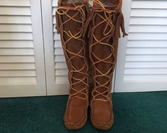 d0f5cb655a4 Vintage Minnetonka Knee-High Lace Up Ladies Moccasin Boots Camel Brown  Suede Leather with Fringes No. 1322 Size 6