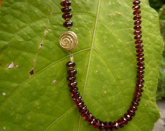 Pomegranate necklace with gold sliesse