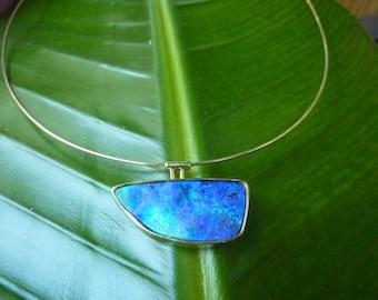 Boulder opal pendant on gold tire