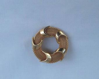Vintage Gold Tone Wreath Brooch   pin