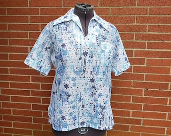 Blue and White Floral Blouse / 1970's Casual Blouse / Mod 60's Top with Big Collar / Sheet Casual Top / Short Sleeve Casual Blouse