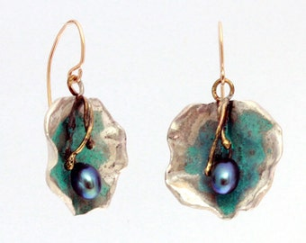 Silver earrings with patina finish and with black natural pearls
