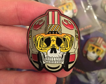 Star Wars 'Rebel Pilot Skull' Glow in the Dark Pin Badge with Special Backing Card!   Star Wars Pin   Xwing   For Kids