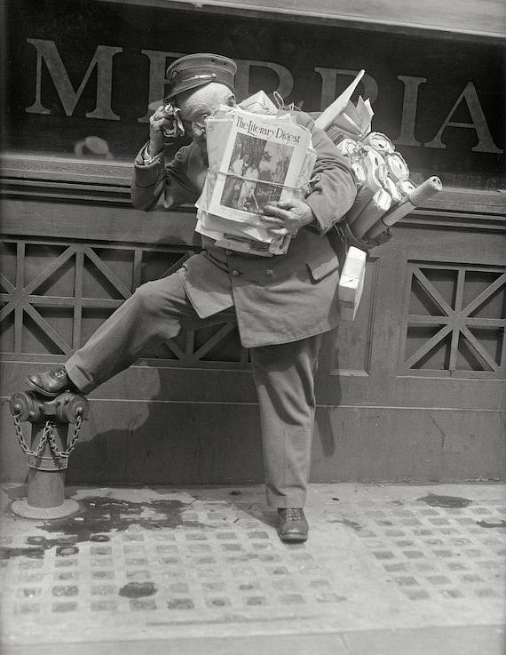 Spanish mature receives the mailman