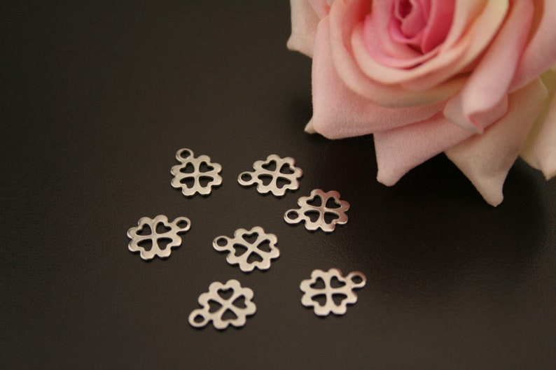 6 stainless steel flower charms. . ref:5471