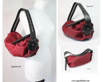 0251df6c6c Nuvola rossa è una borsa morbida di pelle e cuoio di alta qualità, il manico  è intagliato a mano, può essere indossata a spalla