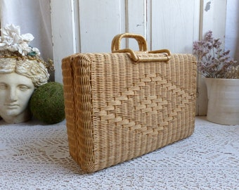 French vintage wicker valise. Wicker sewing case. Knitting. Embroidery. Crewelwork. Armoire Storage basket. Jeanne d'Arc living.