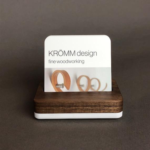 Quadratische Moo Visitenkarte Stand In Nussbaum Holz Auf Weißen Acryl Basis