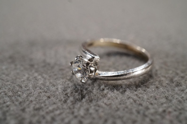 size 5  **M3 vintage sterling silver solitaire ring with a round faceted white topaz stone in a six prong setting