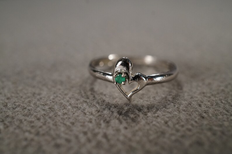 vintage sterling silver statement ring with delicate styling of an open floating heart set with a round emerald stone size 7  **M3