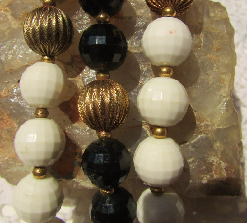 LISNER   Black White Beads with Fancy Fluted Gold Tone Accents  Bracelet