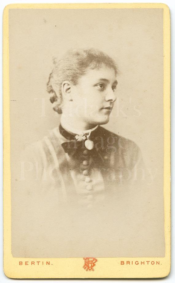 2.5 x 4. original carte-de-visite CdV Victorian photograph of a young woman