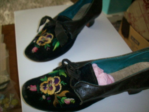 Antique Embroidered pansy Velvet Shoes good condit
